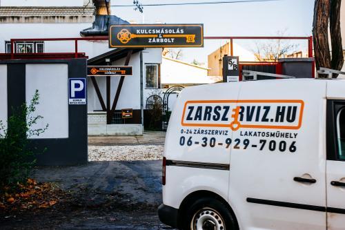A Letis munkatársai, a zárszerviz és az ajtónyitás szakértői! Tájékozódjon zárcsere és egyéb szolgáltatásainkról!
